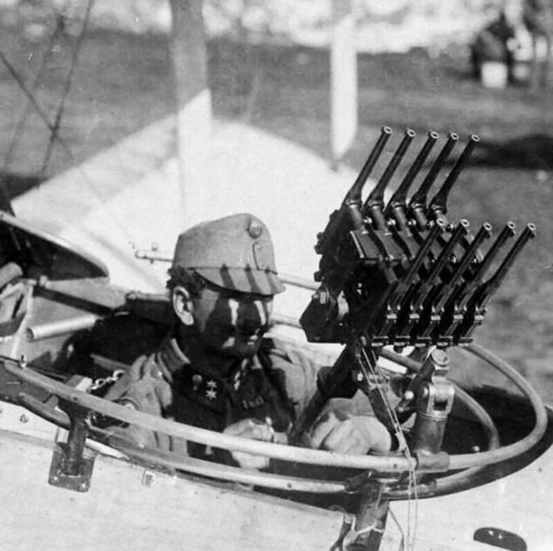 "10 ширхэг ""Mauser C96"" гар буунаас бүртсэн пулимёт"