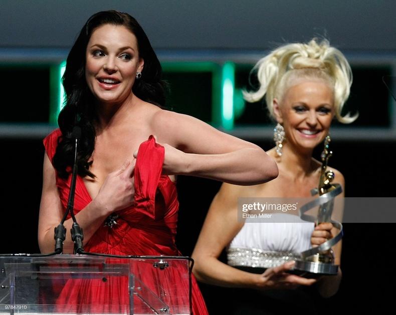 Жүжигчин Катерин Хайгл тайзан дээр даашинзынхаа мөрийг уях хэрэгтэй болжээ