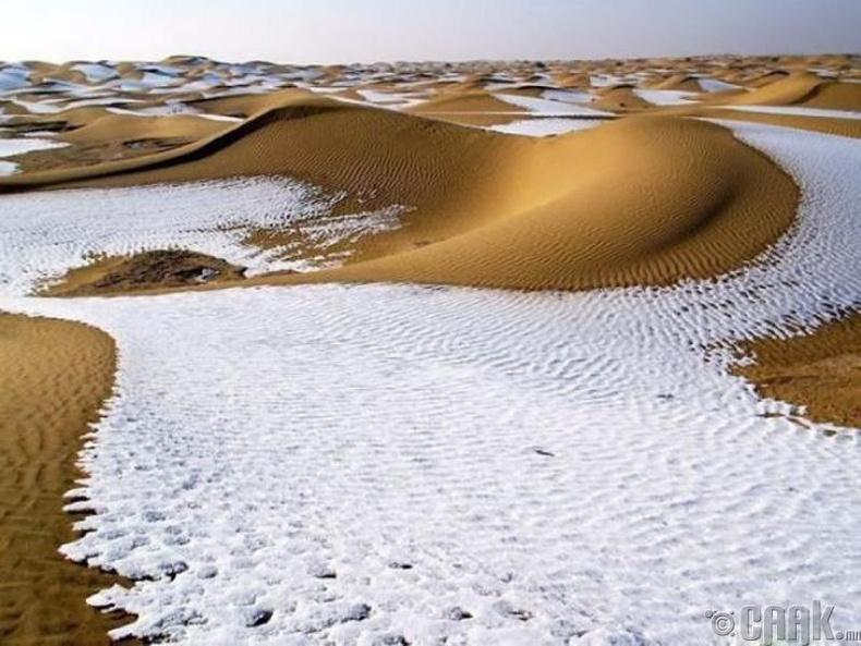 Цөлд орсон цас