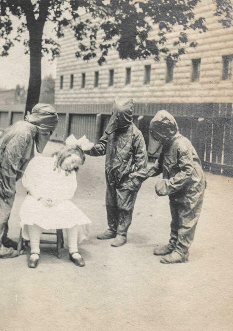 """""""Алтан үст ба гурван баавгай"""" үлгэрээс сэдэвлэн жүжиг тоглож буй хүүхдүүд, 1908"""