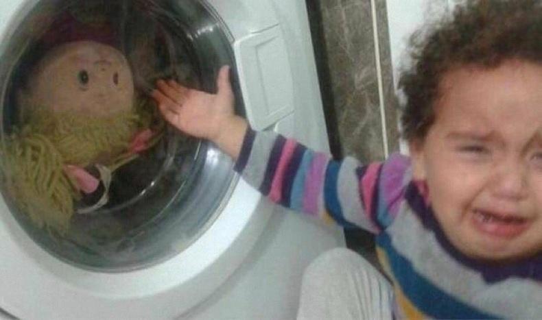 Унтаж байхад нь хүүхэлдэйг нь угаах хэрэгтэй байж дээ...