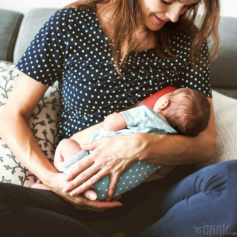 Дөнгөж төрсөн хүүхэд ээжээсээ ялгарч буй дулааныг мэдэрдэг