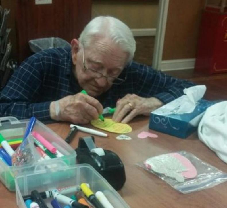 Энэ эр 93 настай эхнэртээ зориулж тэмдэглэл бичиж өгч байгаа нь
