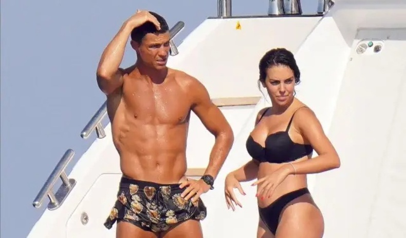 Кристиану Роналду найз бүсгүйн хамт халуухан биеэ гайхуулжээ