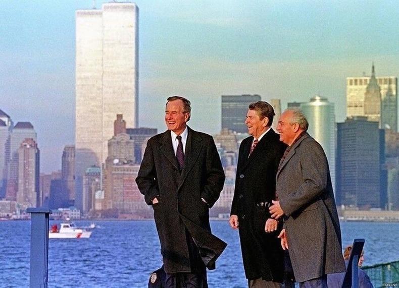 Эцэг Буш, Рональд Рейган, Горбачев нар ихэр цамхгийн өмнө - Нью-Йорк, 1988
