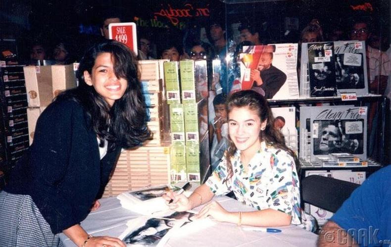 15 настай Эва Мендес (Eva Mendes) жүжигчин Алисса Милано (Alyssa Milano)-гоос гарын үсгийг нь авч байна - 1989 он