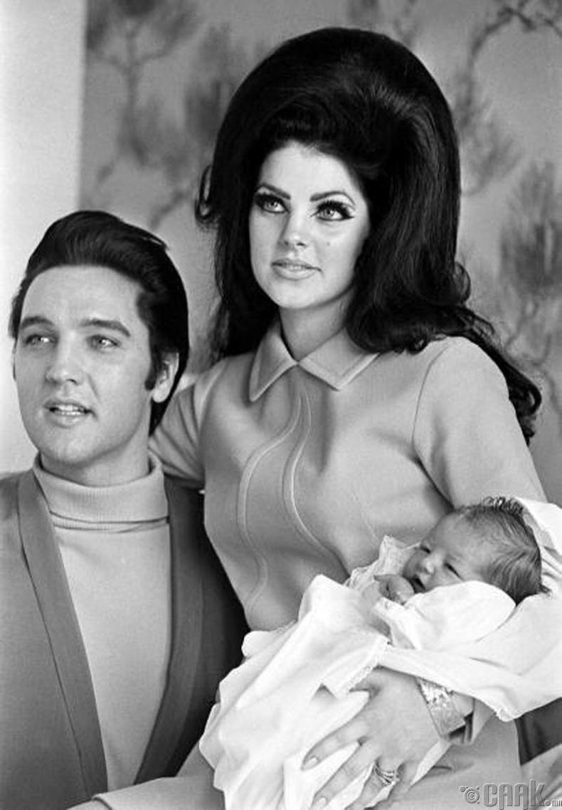 Рок-н-Роллын хаан Элвис Пресли эхнэр Присцила Пресли болон дөнгөж төрсөн охин Лиза Маригийн хамт - 1968 он