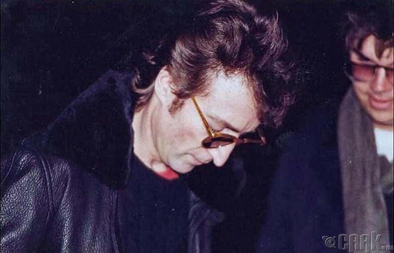 Жонн Леннон- Өөрийг нь буудсан хүнд гарын үсгээ өгсөн нь
