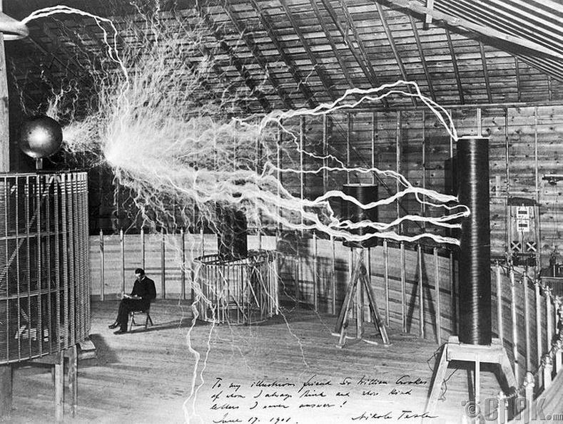 """Зохион бүтээгч Никола Тесла """"Colorado Springs"""" дэх лабораторидоо сууж байна- 1899 он"""