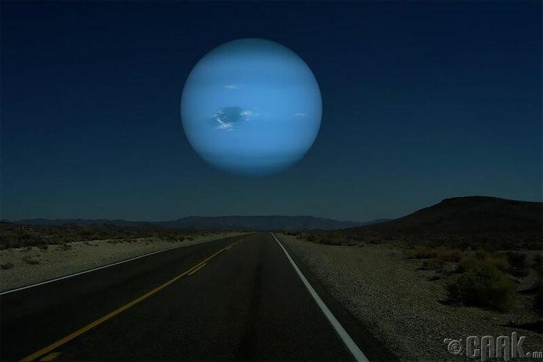 Далайван гараг нь сарнаас 14 дахин том. Тэгэхээр шөнийн тэнгэрт маш том цэнхэр бөмбөрцөг харагдах байлаа.