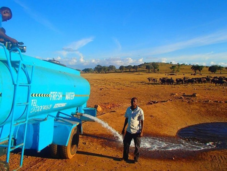 Энэ хүн өвөр бүр Кени улсын зэрлэг амьтдыг хувийн зардлаар усалдаг