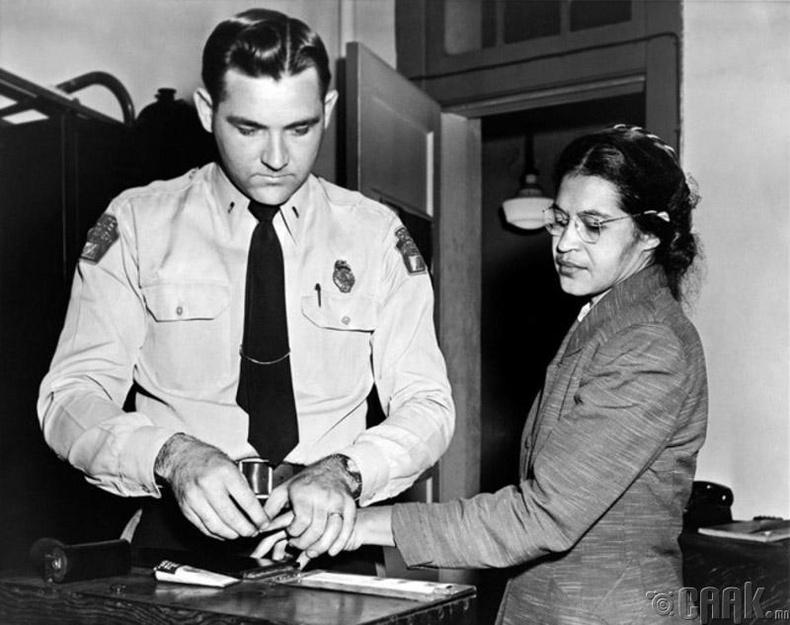 Цагаан арьстанд суудлаа тавьж өгөөгүйн улмаас баривчлагдаж буй Роза Паркс (Rosa Parks) - 1956 он