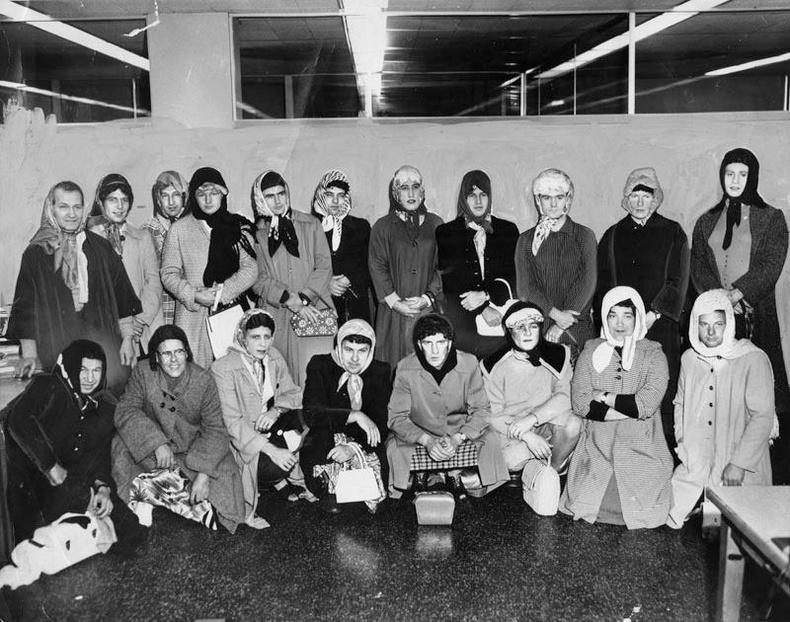 Цүнх булаагчийг барихын тулд эмэгтэй хувцас өмссөн Лос-Анжелесийн цагдаа нар. 1960