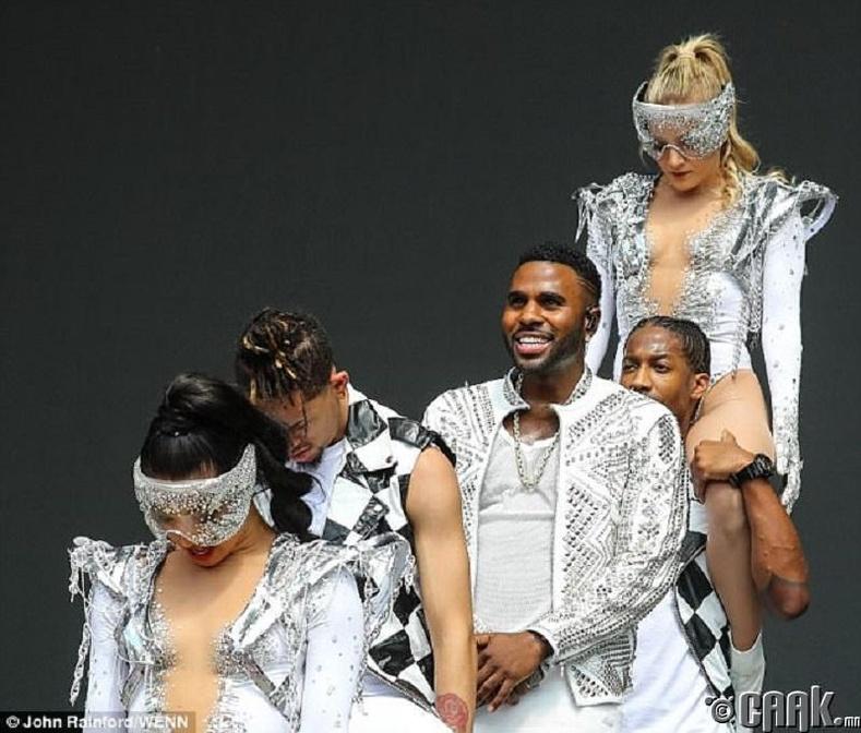 Жэйсон Деруло (Jason Derulo) тайзан дээр бүжигчдийн хамт