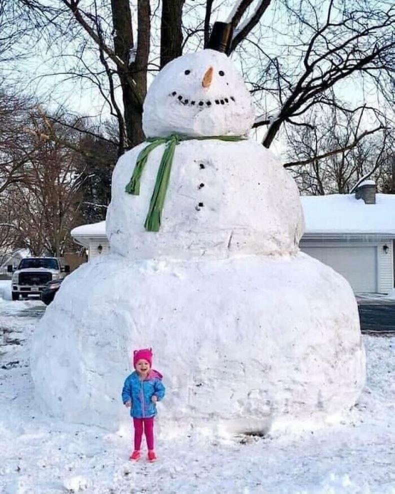 Хөршүүдээрээ нийлж аварга цасан хүн бүтээсэн нь.