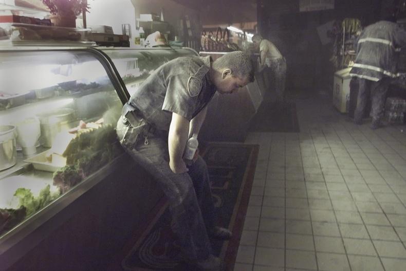 Цагдаагийн албан хаагч Ричард Адамиак ойролцоох хоолны газарт хоргодож байгаа нь