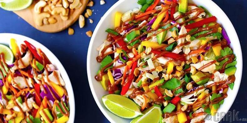 Байцаа, авокадо, тахианы мах, манго болон амтат чинжүүтэй салат