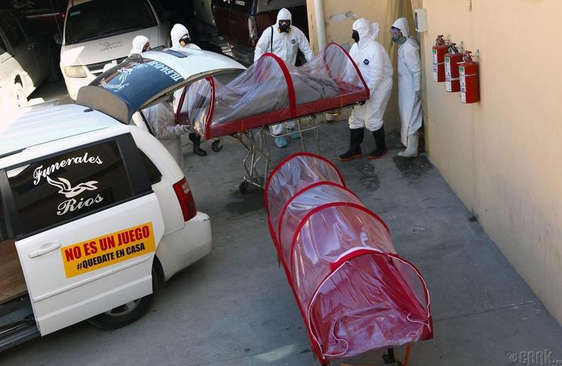Сиудад Жуарес хотод коронавирусын тахлын дунд ажиллаж буй оршуулгын ажилчид, Мексик, 4 сарын 7