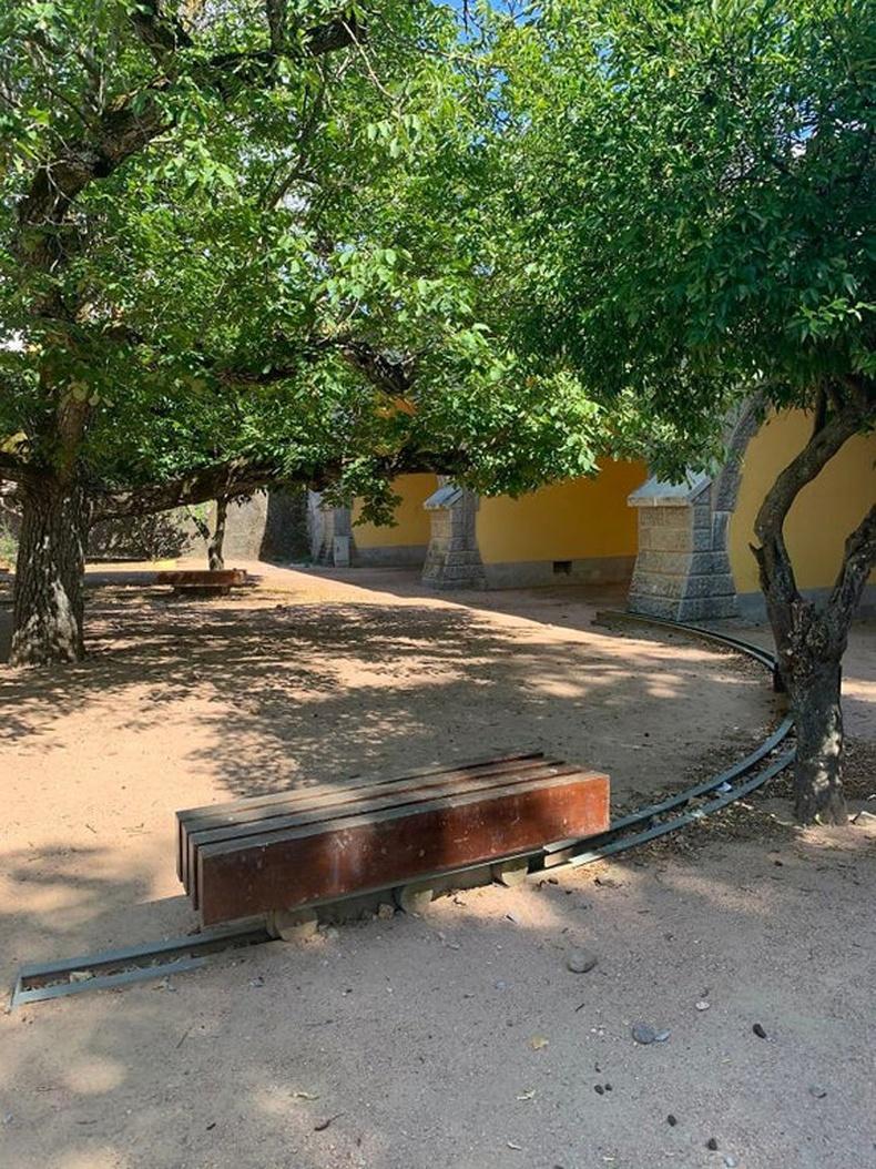 Модны сүүдэрт очин суух боломжтой, тусгай зам бүхий сандал
