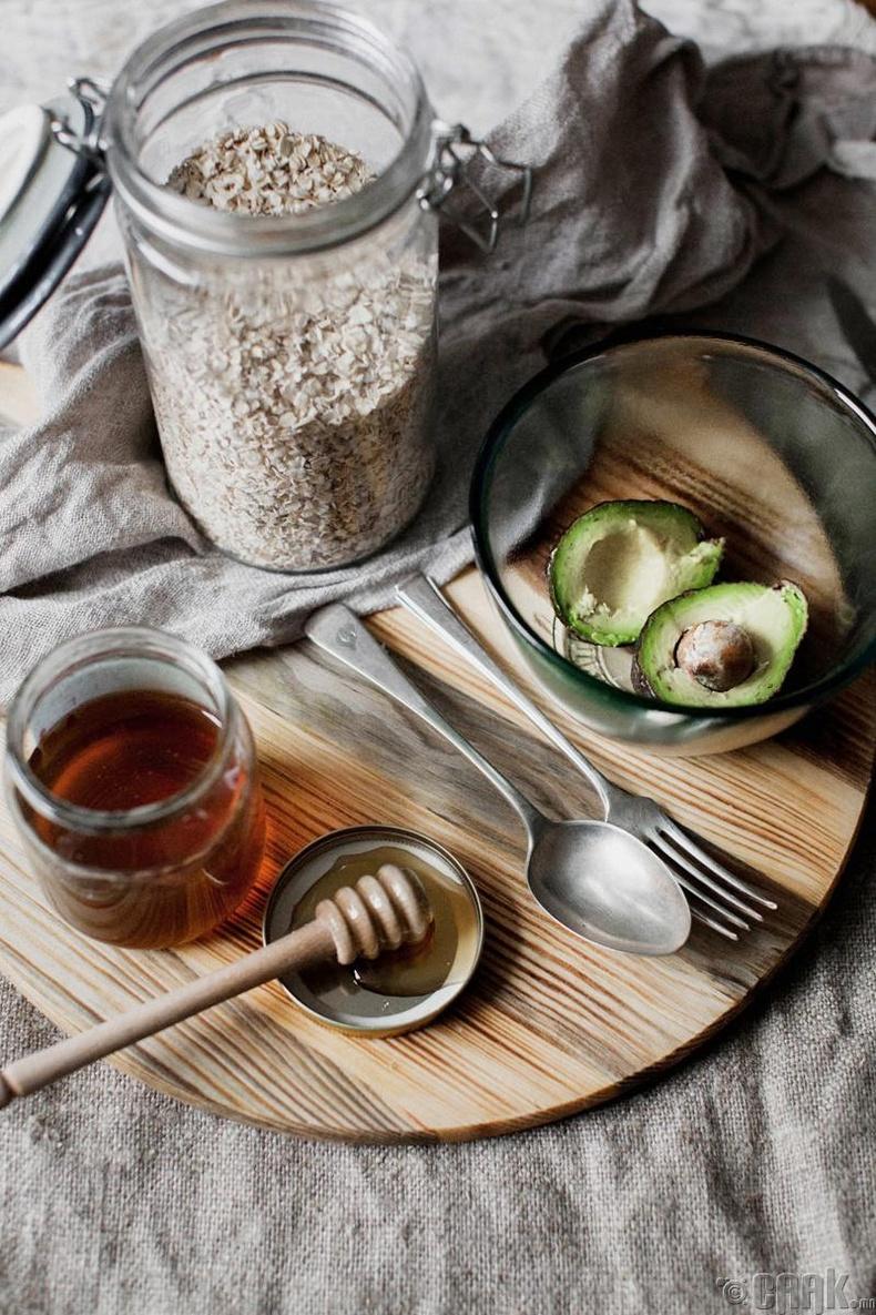 Хуурай арьсны авокадо, зөгийн балтай маск