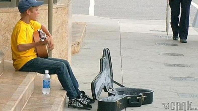 "Залуу дуучин Жастин Бибер (Justin Bieber) 13 настайдаа Канадын ""Stratford"" гудамжинд дуулж сууна, 2007 он"