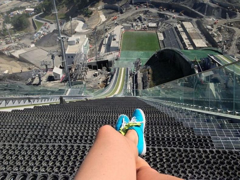 """""""Сочигийн өвлийн Олимпын үсрэлтийн тавцан"""" - Цанаар үсэрч буй тамирчид ийм дүр зураг хардаг байх нь"""