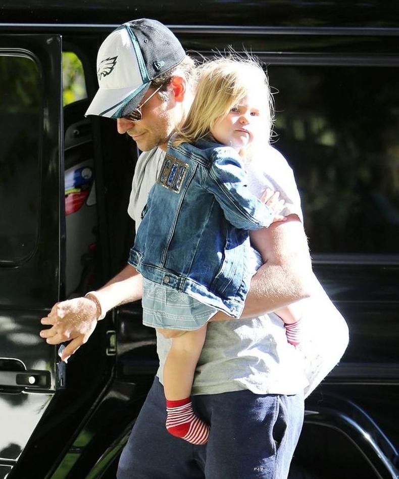 Ирина Шейкээс салсны дараа Брэдли Купер Холливудыг орхиж, өдөр бүр охинтойгоо хамт байхаар Нью-Йорк руу нүүжээ.