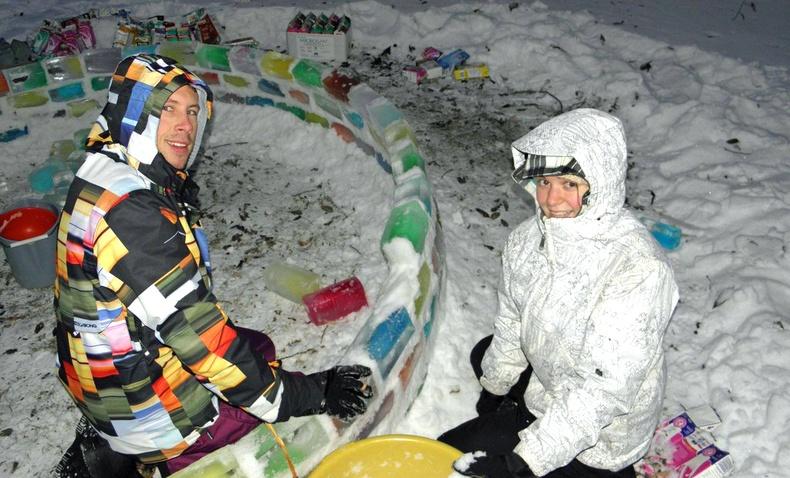 Цас орсны дараа хашаандаа гоёмсог мөсөн гэр барьсан хос