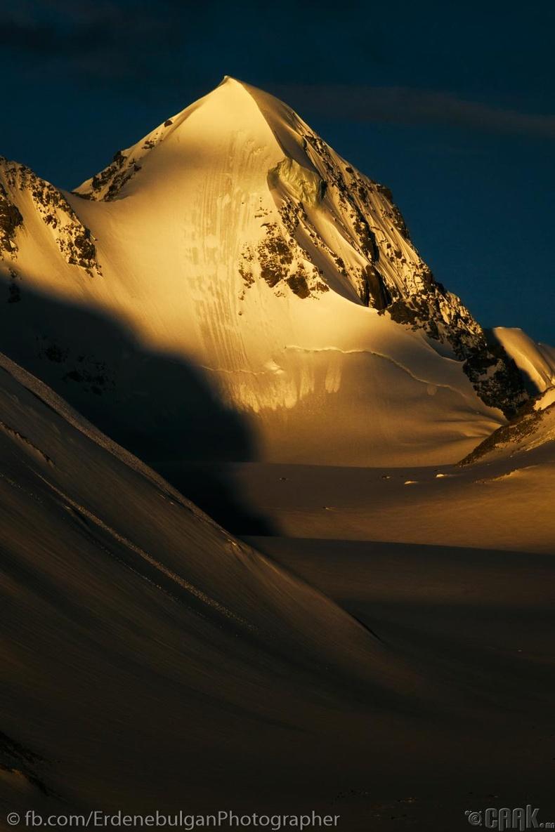 Алтай таван богдын Цагаан суварга оргил өглөөний нарнаар...