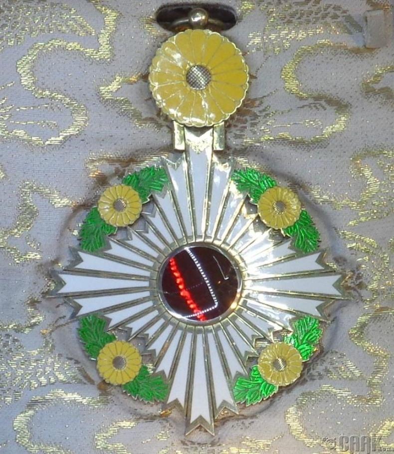Хризантема нь эзэн хааны ордны бэлгэ тэмдэг юм