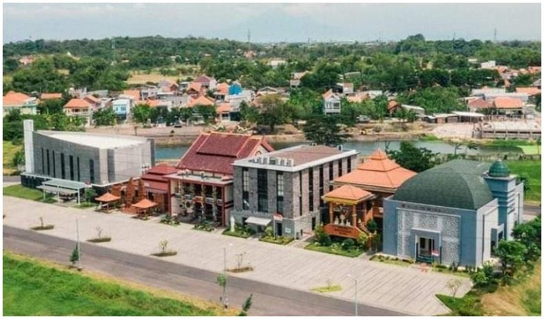 Католик, протестант, ислам, күнз, хиндү, буддын шашны сүмүүд Индонезийн Сурабая хотод зэрэгцэн оршдог