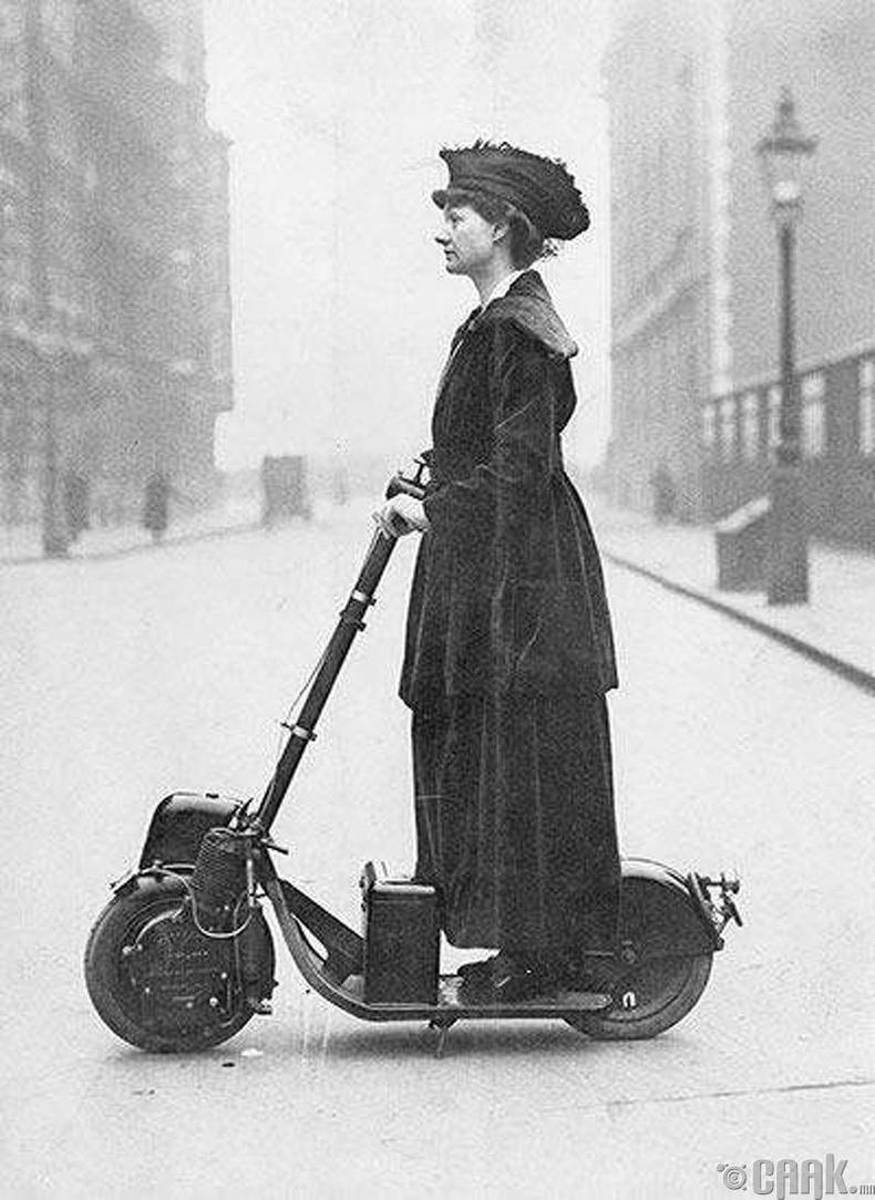 Моторт дугуй унаж буй эмэгтэй (1916)