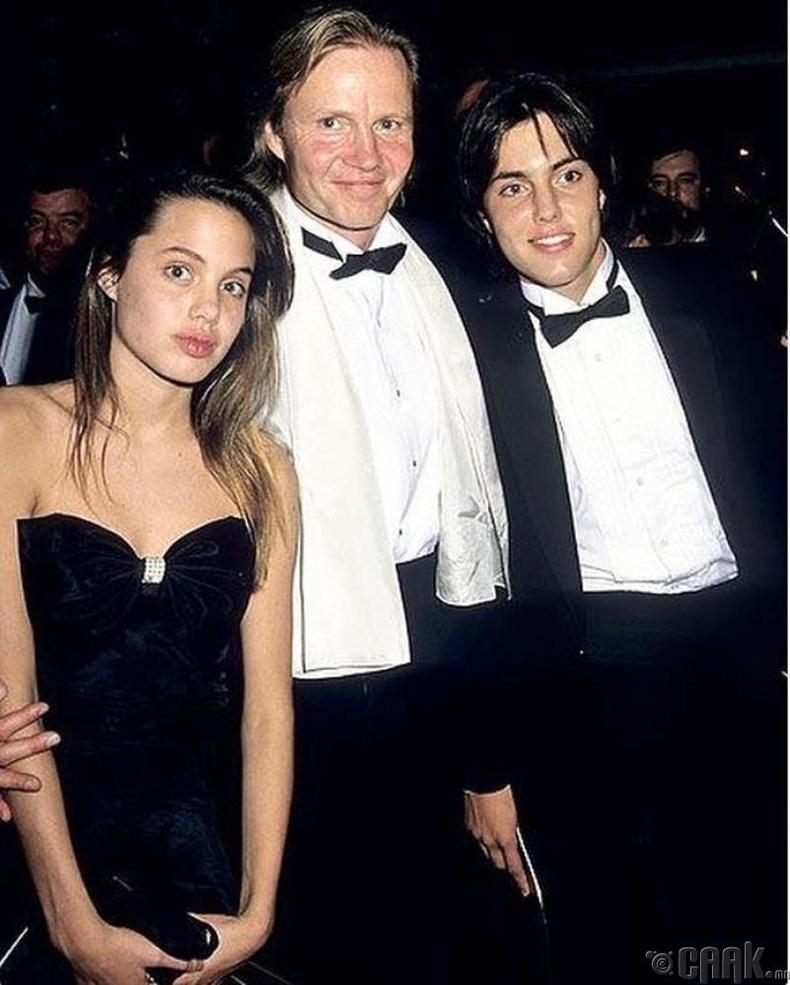 Жүжигчин Анжелина Жоли (Angelina Jolie) өөрийн төрсөн ах болон эцгийн хамт