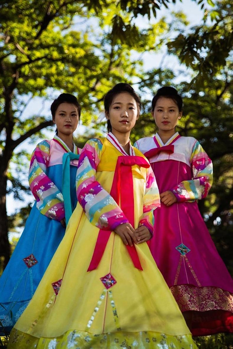 Үндэсний хувцсаараа гоёсон охид