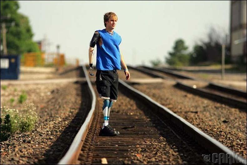 Алхах, гүйх, сэлэхэд зориулагдсан хиймэл эрхтэнүүд түүнд бий