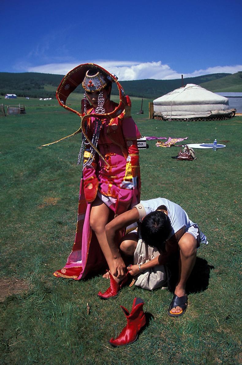 Загвар өмсөгч бүсгүй зураг авалтын үеэр - Улаанбаатар орчим