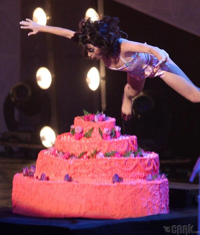 Кэти Перри бялуу руу үсэрсэн нь