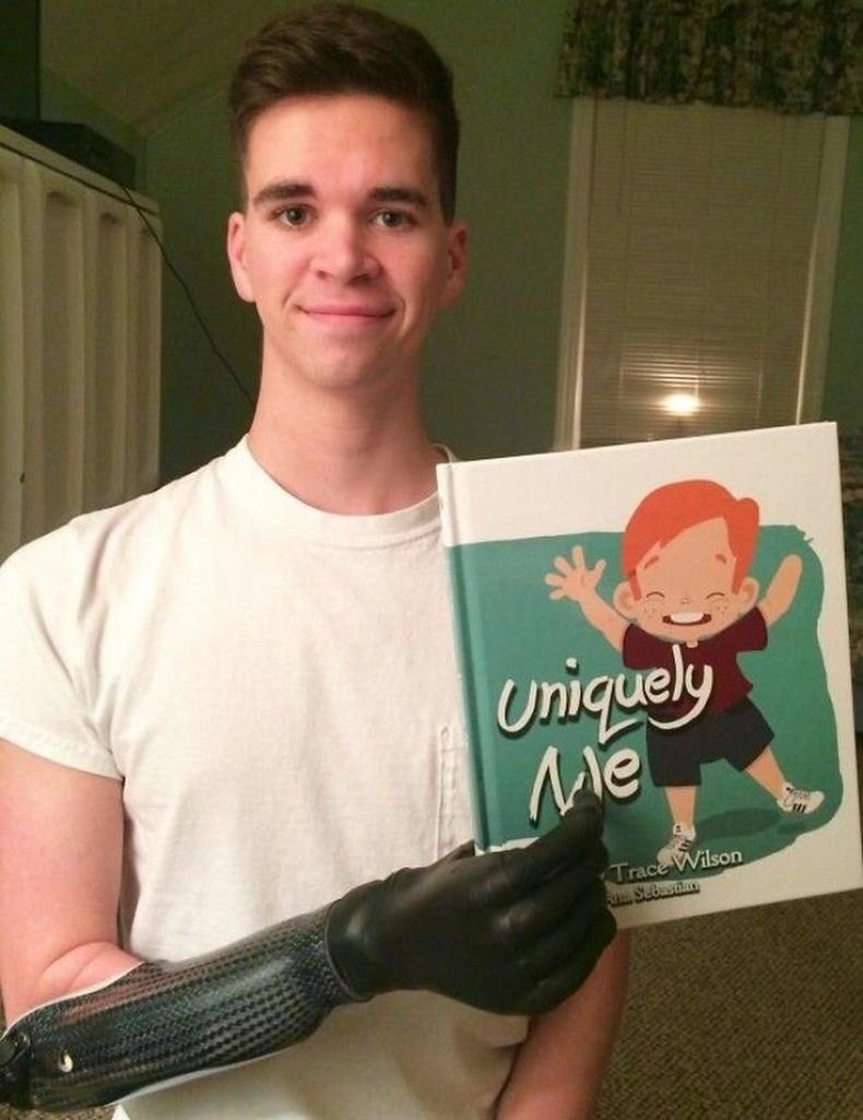 """""""Бага байхын дуртай байсан номоо анх удаа баруун гартаа барьж үзсэн байна."""""""