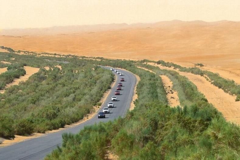 Хятадууд яагаад ямар ч амьдралгүй цөлийн дундуур 550 км хурдны зам тавьсан бэ?