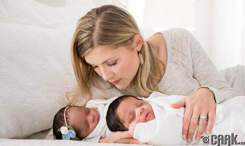 Ихэр хүүхэд төрүүлсэн эмэгтэй урт насалдаг