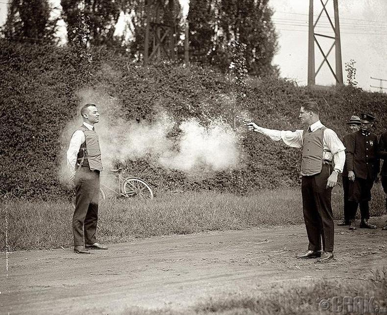 Сум нэвтэрдэггүй хантаазыг шалгаж үзэж байгаа нь (1923)