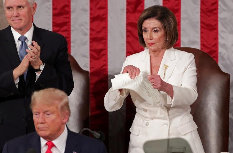 Конгрессийн гишүүдийн өмнө ард иргэддээ хандаж үг хэлсний дараа Төлөөлөгчдийн танхимын дарга Нэнси Пелоси түүний хэлсэн үгийн протоколыг урж хаяв (2020.2.4)