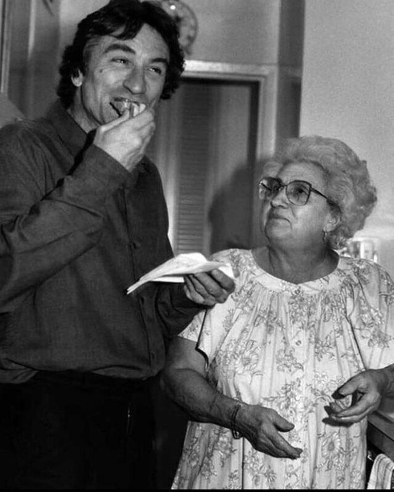 """""""Таксины жолооч"""" киноны зураг авалтын үеэр найруулагч Мартин Скорсезын ээж хоол авчирсан нь, 1976 он"""