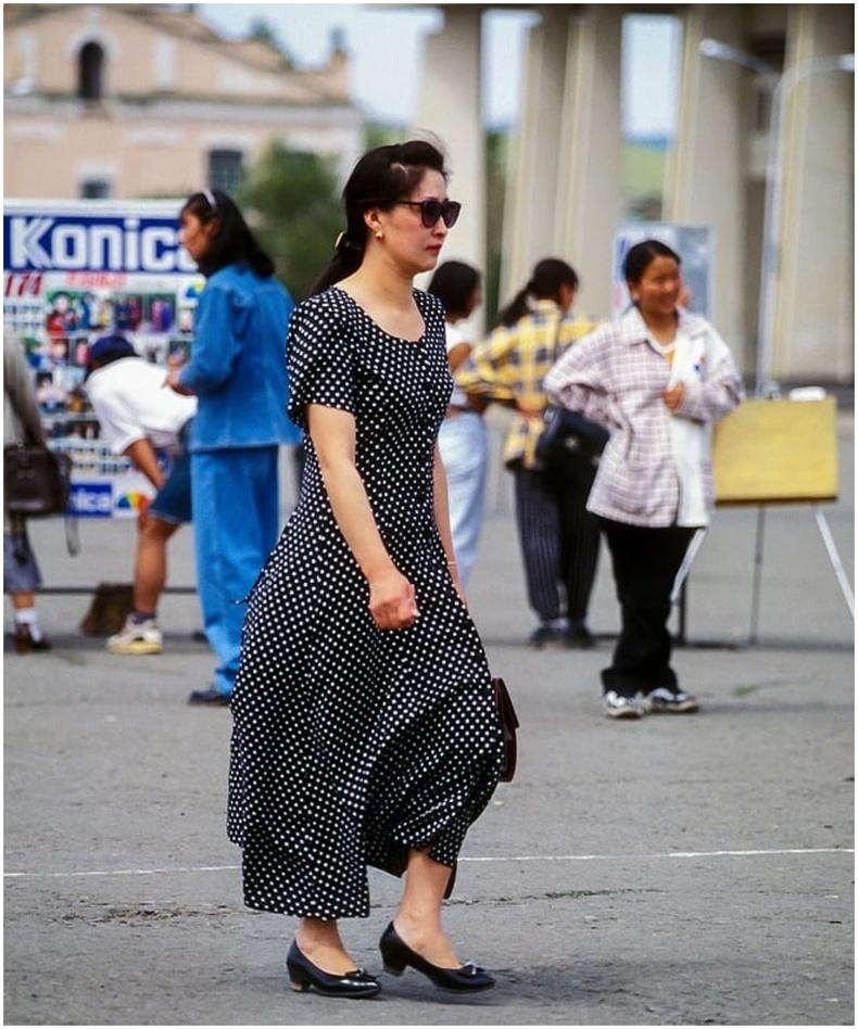 Сүхбаатарын талбайд алхаж буй бүсгүй (1997 он)
