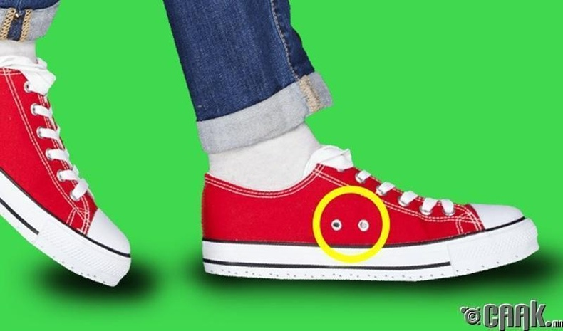Конверс гутал яагаад нэг талдаа нүхтэй байдаг юм бол?
