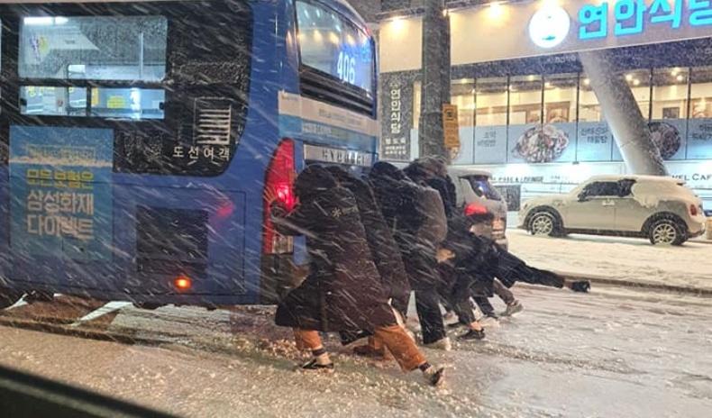 Сөүлд урьд хожид байгаагүй их цас унаж, Солонгосчуудыг багагүй сандаргажээ
