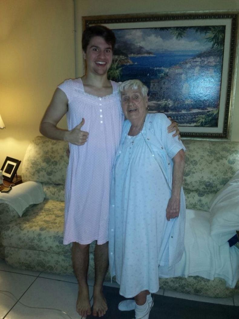 """""""84-тэй эмээгийнхээ унтлагын хувцсыг тухтай юм гэж хэлтэл тэр даруй надад ижилхнийг гаргаад өгсөн"""""""