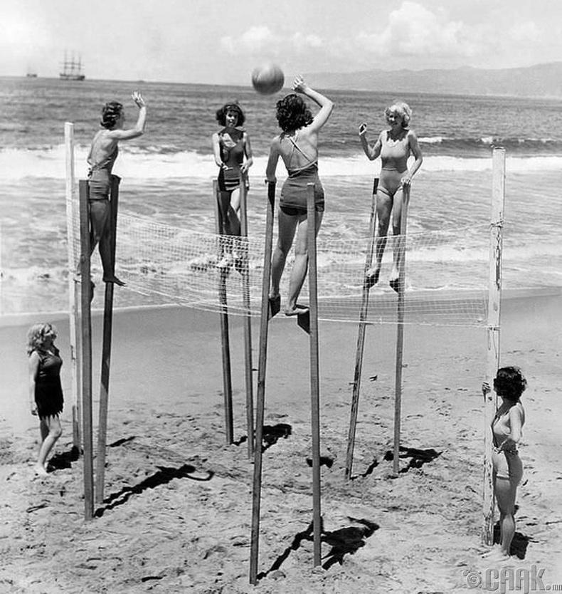 Модон хөл дээр зогсож воллейбол тоглож буй бүсгүйчүүд - АНУ, Калифорни, 1942 он