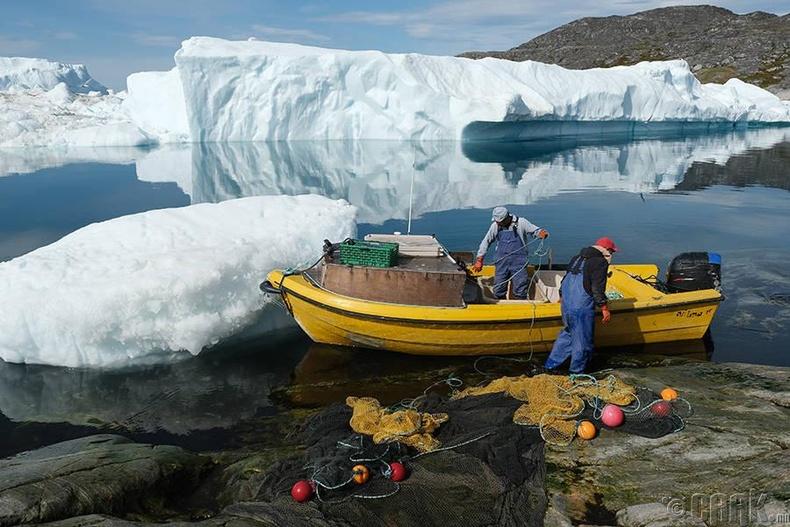 Хөвж буй мөснүүдийн дундуур Инуит загасчид тор хаяхаар бэлтгэж байна