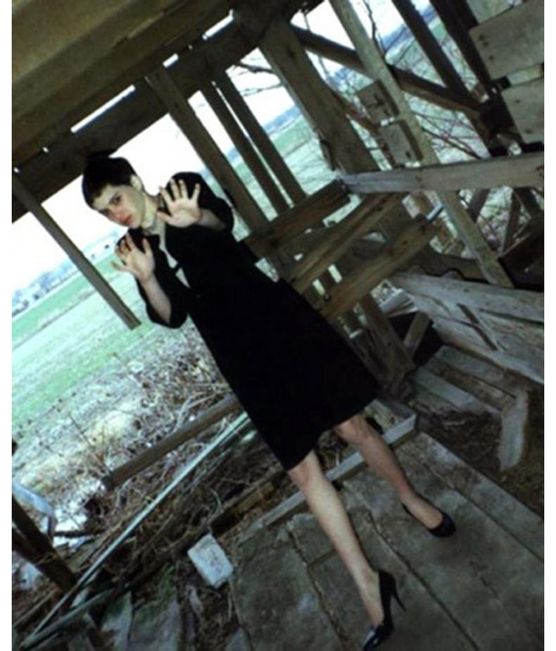 14 настай Режина Уолтерс зартай цуврал алуурчин Роберт Рөүдесийн гарт амиа алдахаас хормын өмнөх зураг.